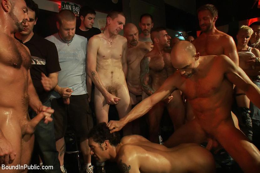 Секс в гей баре
