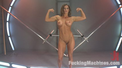 Muscly weightlifter babe machine fuck in her pussy and bum. Muscle & fitness porn star, Ariel X, flexes, stretches, spreads & clenches for her sex machine boyfriends. She does a full throttle DP & squirts