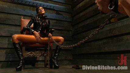 Lady in latex in in the mood for naughty action. She let the slave out of his cage and forcing the sub to pleasure her.