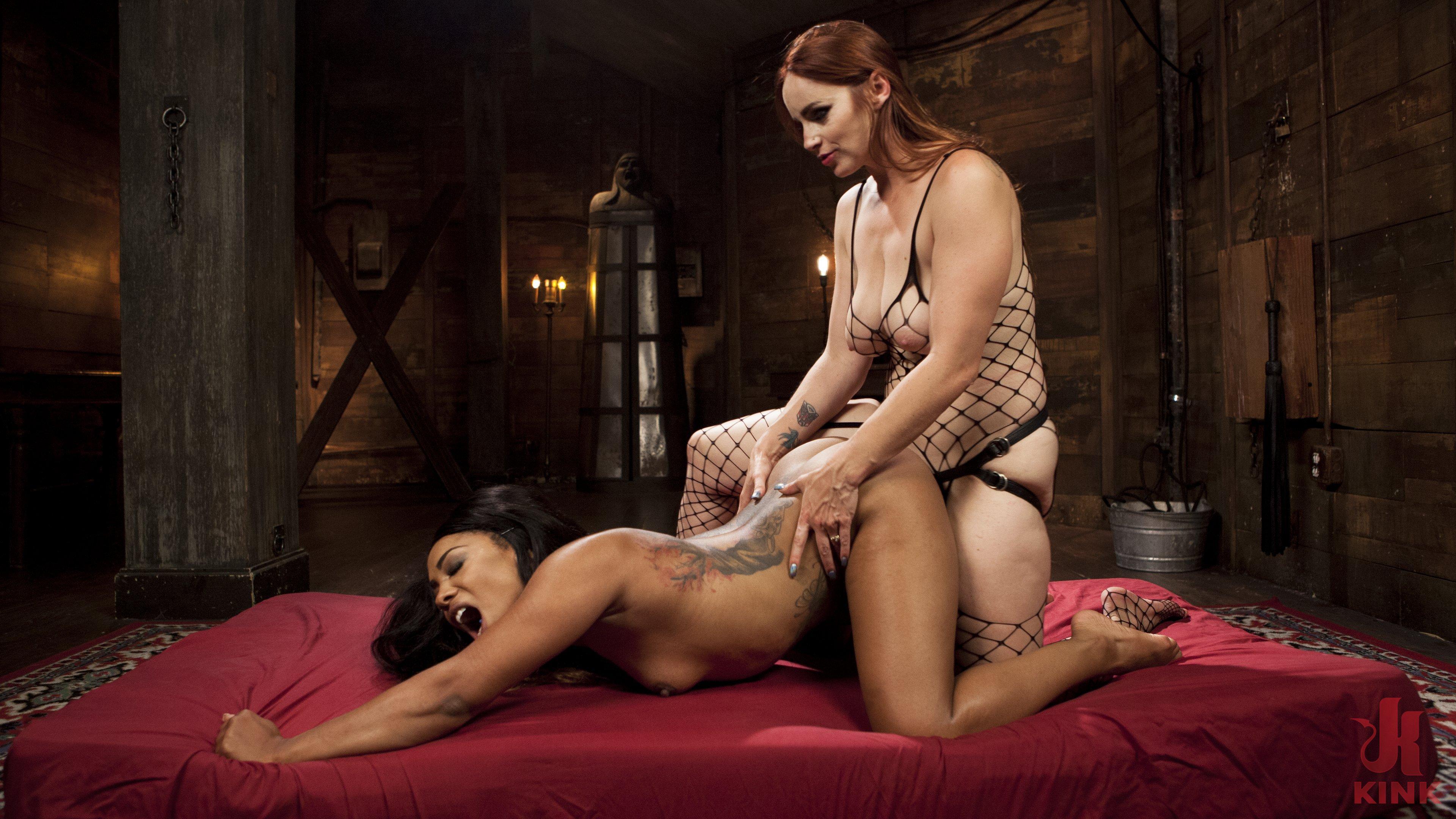 Maitresse lesbienne baise jusqu'a l'os sa soumise ligotée nue