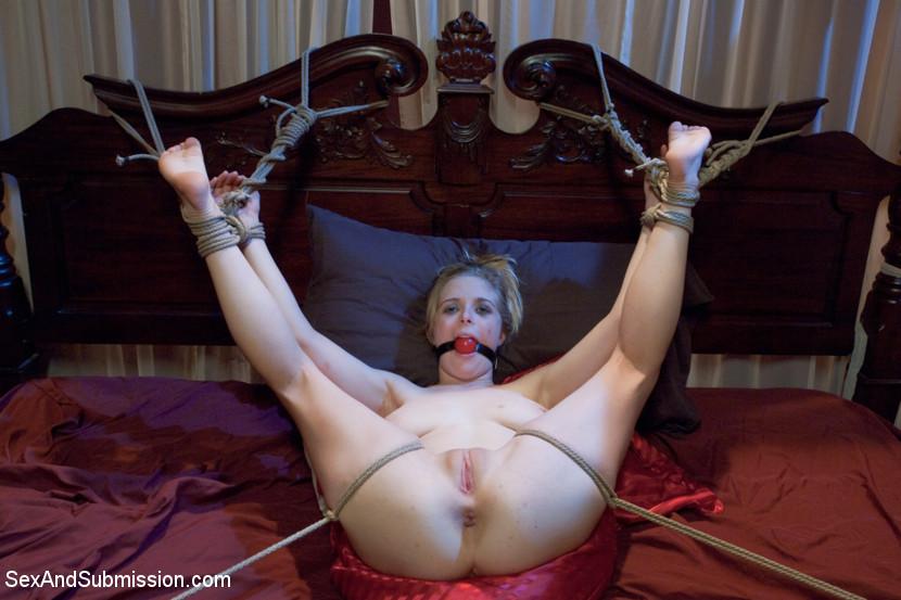привязаны ртом заклеенным голые кровати к блондинки с