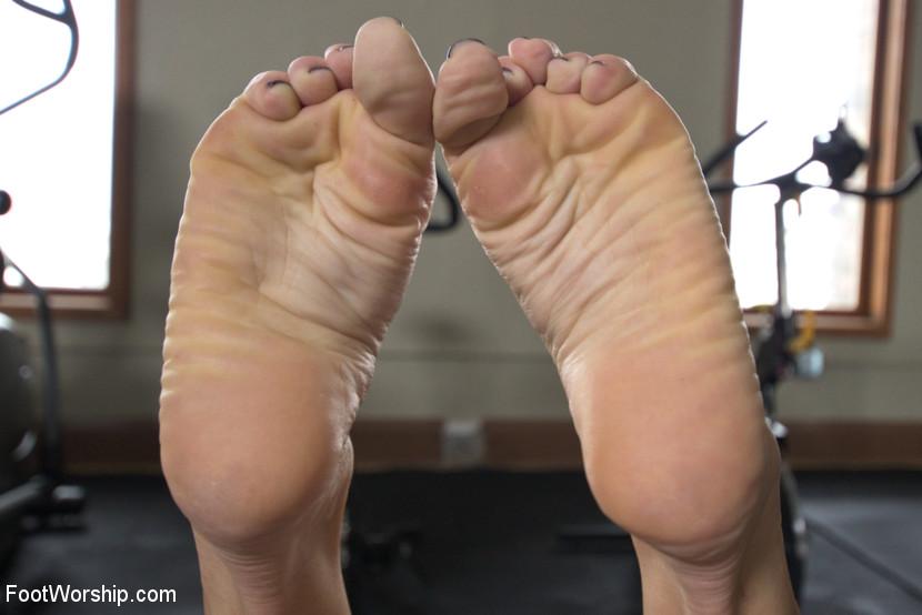 Milf licks and sniffs her feet
