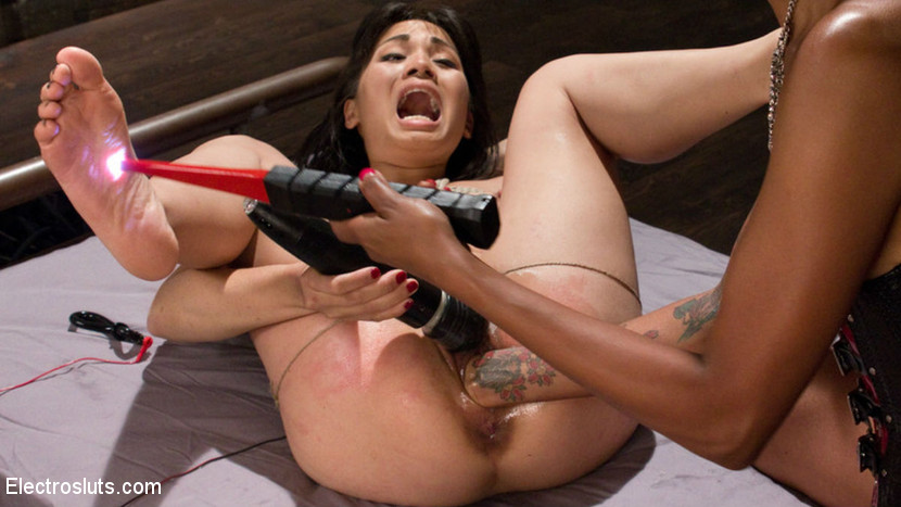 White woman takes lexington steele dildo 5