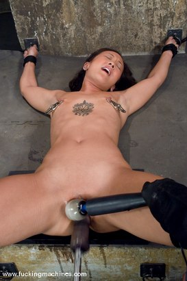 Hot Asian babe, Jandi Lin takes on the machines